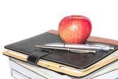 書籍と白い背景の上のリンゴ — ストック写真