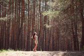 Ragazza nella foresta — Foto Stock