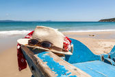 Hat glasses and scarf on the beach — Stockfoto
