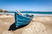 Barco na praia — Fotografia Stock