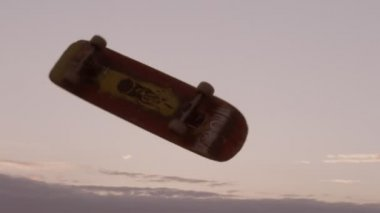 Skateboard in strada. rallentatore — Video Stock