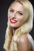 美丽的金发女子,和晚上化妆和红色的双唇 — 图库照片