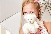 Little girl holding umbrella and wedding teddy-bear — Stok fotoğraf