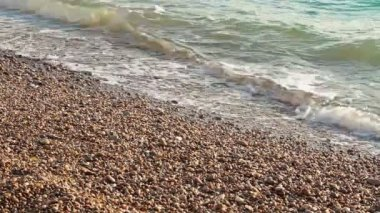 Waves are rolling on a pebble beach — Stock Video