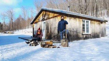 Lumberjack splitting logs — Stock Video
