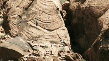 Climber escalating a canyon — Stock Video