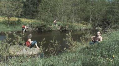 Våren vid floden — Stockvideo