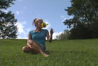 La chica con la flor amarilla — Vídeo de Stock