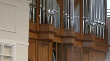 Voluminoso organo a cavi sull'altare e una bibbia aperta — Video Stock