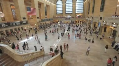 Travelers bustle through Manhattan's vast, iconic Grand Central Station — Stock Video
