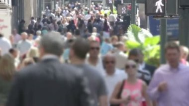 Pedestrian crowds fill the sidewalk along Manhattan's 5th Ave. — Stok video