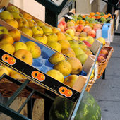 Apples on sale at the greengrocer's — Stock Photo