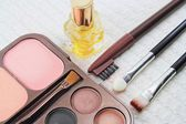 Makeup brushes and make-up eye shadows, cosmetics — Foto Stock