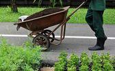 Trabajador de la construcción o equipamiento para construir con pila de tierra — Foto de Stock