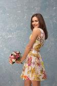 Dziewczyna z bukiet kwiatów — Zdjęcie stockowe