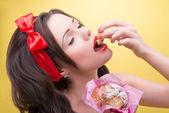 Sexy kobieta z słodycze — Zdjęcie stockowe