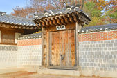 Traditional Architecture with Gate Detail at Gyeongbokgung Palace, Seoul, South Korea — Stock Photo