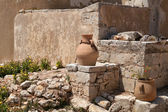 Clay vase and flowers on the background of the old house wall. Greece. Crete — Foto de Stock