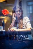 Kobieta mówi na telefon — Zdjęcie stockowe