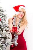 Mujer joven con el regalo de Navidad — Foto de Stock