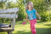 Grappig meisje spelen in tuin — Stockfoto