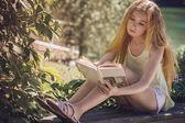 Meisje leesboek — Stockfoto