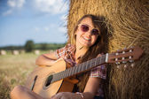 Smiling teen girl with guitar — Stock Photo