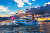Ancien steam boat with swiss flag floating on the lake Geneva — Foto de Stock