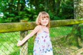 Summer portrait of a pretty little girl — Stockfoto