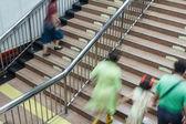 люди, идущие на лестнице — Стоковое фото