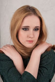 Jonge aantrekkelijke bruine donkerharige vrouw in klassieke interieur — Stockfoto