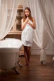 милая молодая женщина в интерьер ванной комнаты — Стоковое фото
