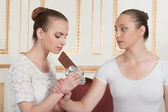 Ballet dancers posing with chocolate — Stockfoto