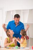Schöne glückliche familie zeichnung und malerei zu hause zusammen — Stockfoto