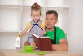 Familien-konzept, niedliche kleine mädchen mit vater vorbereiten, kochen — Stockfoto