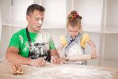 父亲和女儿做饭 — Stockfoto