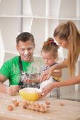 Familienfoto beim kochen — Stockfoto