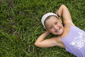 Chica tumbado en la hierba — Foto de Stock