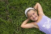 女孩躺在草丛中 — 图库照片