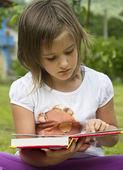 Muchacha leyendo — Foto de Stock