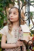 Beautifull girl with nesting box — Zdjęcie stockowe