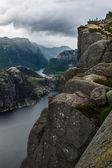 Turistlere preikestolen cliff norveç, lysefjord görünümü — Stok fotoğraf