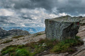 Stone with tourist sign in the mountains of Norway on the way to — Foto Stock