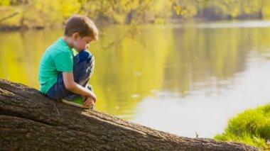 The boy at the lake — ストックビデオ