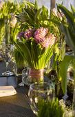 Bukett av tulip och hyacint i vas av glas — Stockfoto