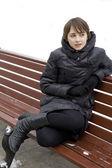 Portrét mladé dívky na zimní pozadí — Stock fotografie