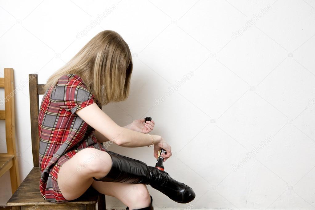 Девушки снимают сапоги