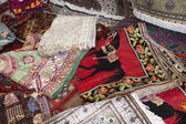 Colorful moroccan rugs on the market — Stock Photo