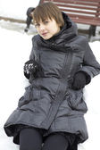 Retrato de jovem sobre o fundo de inverno — Fotografia Stock