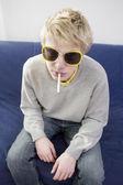 Sigaretta fumo biondo uomo divertente — Foto Stock